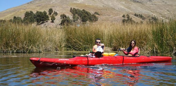 Caiaque as ilhas flutuantes de Uros do Lago Titicaca <span>(½D-AM.)</span>